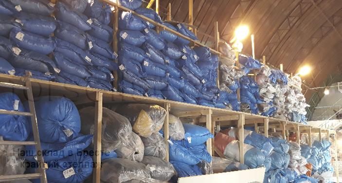 Фото стеллажа с секонд хенда на складе в Бресте